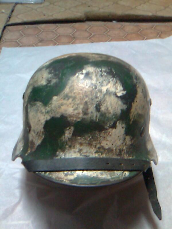 Camouflage pas courant sur un casque allemand. Photo011