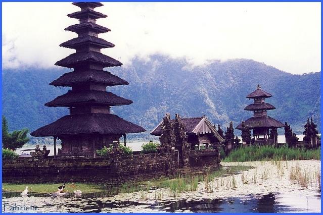 Monuments, gares, châteaux,... dans le monde - Page 7 Bali_t10