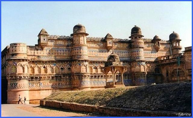 Monuments, gares, châteaux,... dans le monde - Page 5 Gwalio10