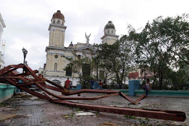 EL HURACAN SANDY CAUSA DESTROZOS A SU PASO POR SANTIAGO DE CUBA Huraca10