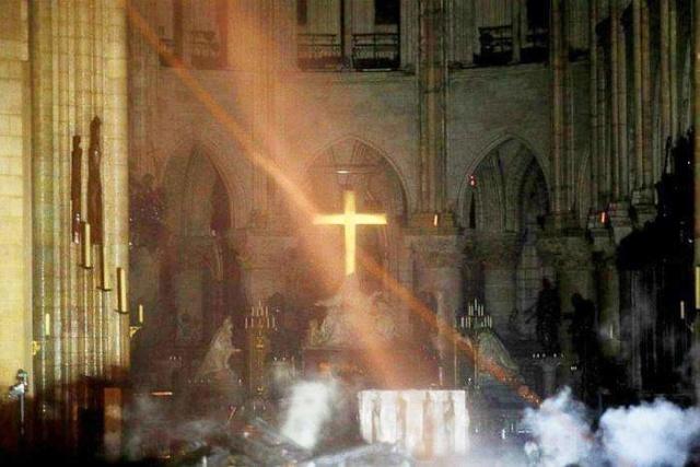 Lub tuam tsev teev Ntuj Notre Dame de Paris kub nyhiab. Fb_img29