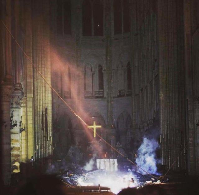 Lub tuam tsev teev Ntuj Notre Dame de Paris kub nyhiab. Fb_img30