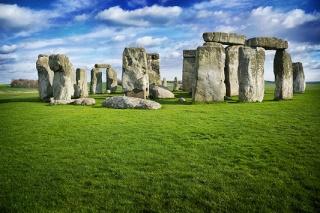 Archéologie monuments mégalithiques menhir dolmen pierres oscillantes cromlech pierres gigantesques mystère Irlande Grande Bretagne Stonehenge forum Amersbury Angleterre