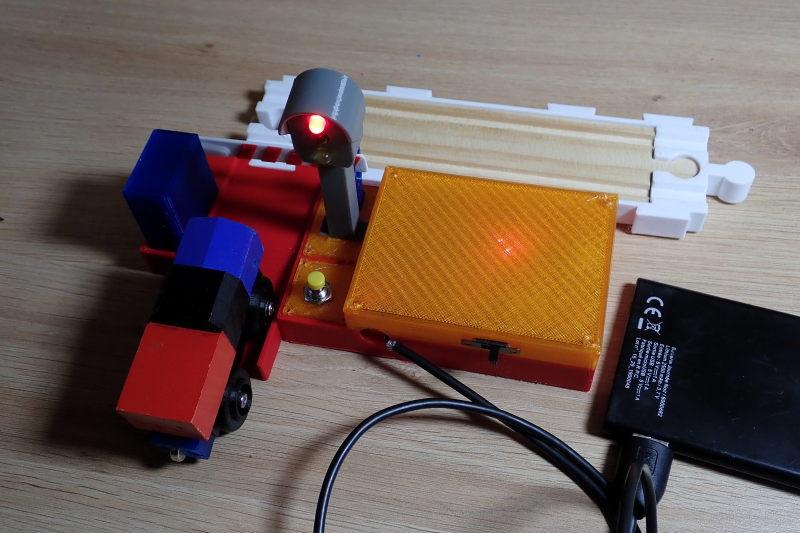 [Train bois] Passage à niveau piloté par Arduino P8032312