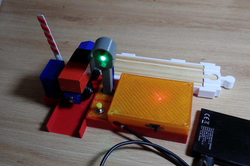 [Train bois] Passage à niveau piloté par Arduino P8032313