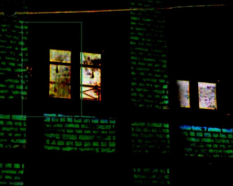 Une étrange silhouette à une fenêtre chez un ami. Tof10