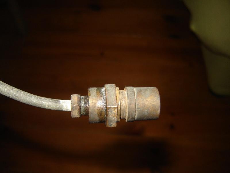 raccord hydraulique sous caisse Dsc00217