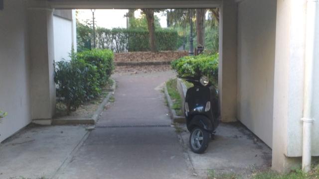 Epave d'un deux-roues sur trottoir Img_2011