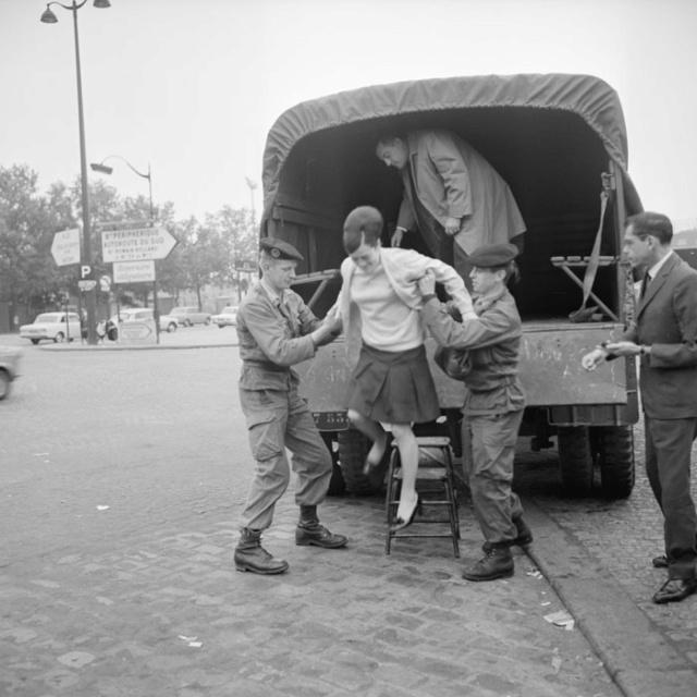 Camions militaires pendant les grèves de mai 68 Transp13