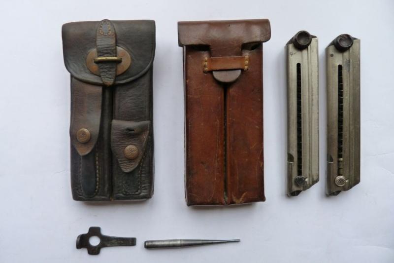 Les étuis et accessoires des Luger hollandais. Holste54