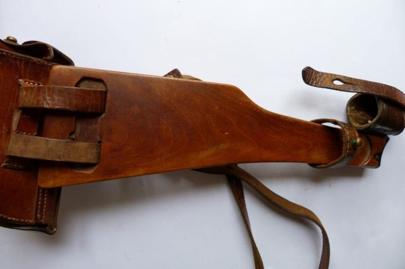 L'étui et les accessoires du Luger perse, modèle dit d'artillerie. Holste69