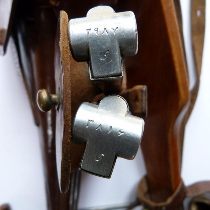 L'étui et les accessoires du Luger perse, modèle dit d'artillerie. Holste73