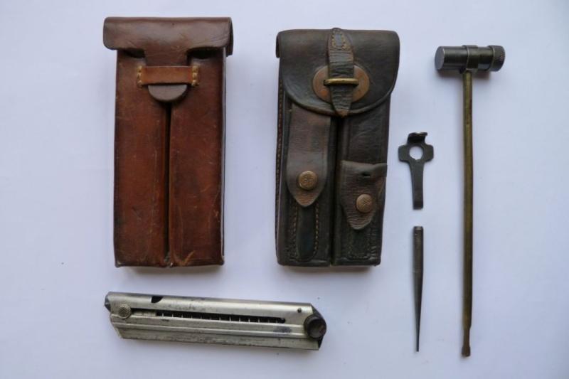 Les pochettes pour loger les chargeurs de rechange de Luger. Pouch_25