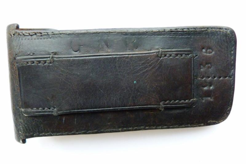 Les pochettes pour loger les chargeurs de rechange de Luger. Pouch_28