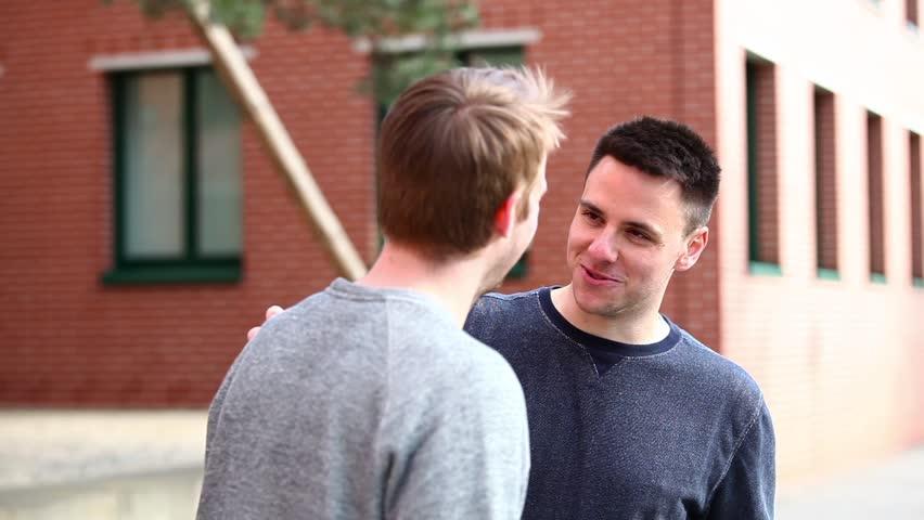 Discuter avec des inconnus ou leur sourire dans la rue ou ailleurs fait le plus grand bien ! 111