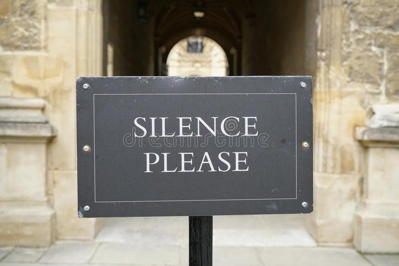 Stop aux bavardages à l'église ! Faire silence et se recueillir avant le début de la messe Avis-d10