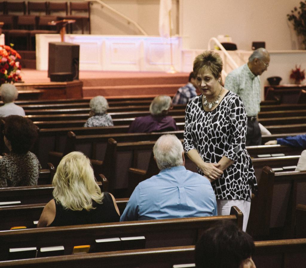 Stop aux bavardages à l'église ! Faire silence et se recueillir avant le début de la messe Lights10
