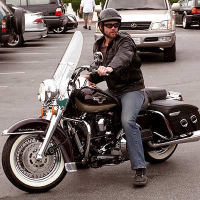 Ils ont posé avec une Harley - Page 39 Jc10