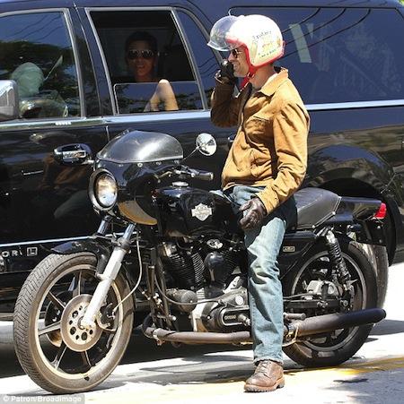 Ils ont posé avec une Harley - Page 40 Om10