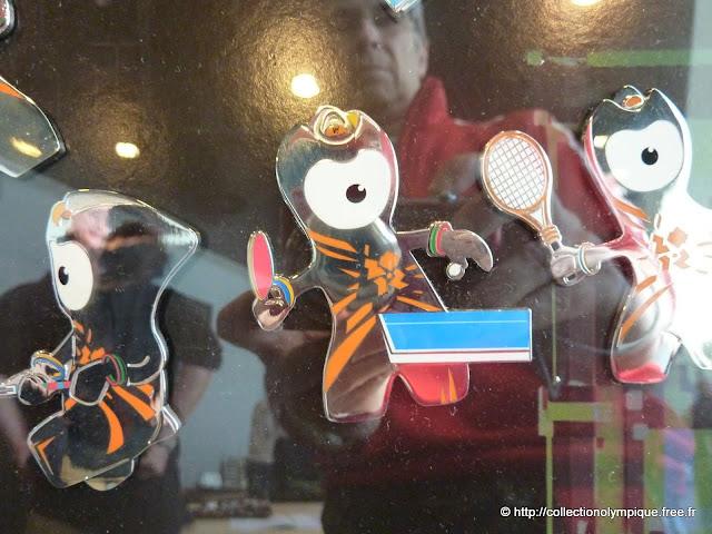16 juin 2012, rendez-vous de collectionneurs de pin's sur les Jeux de Londres 2012 au centre commercial de Westfield Stradford City, proche du parc olympique Tt0210