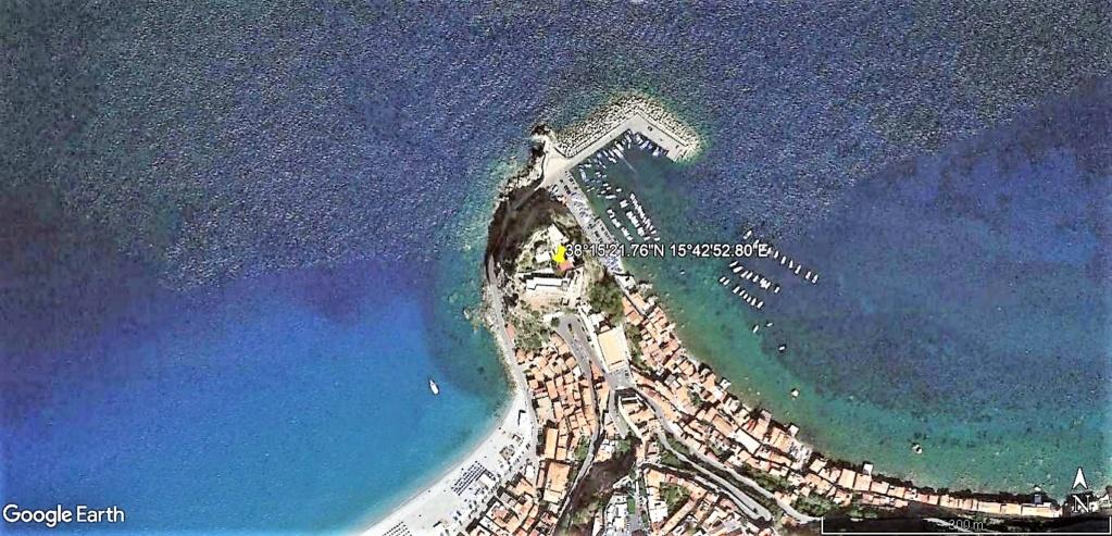 Scilla aux prises avec Charybde en Calabre , Italie !! Castel10