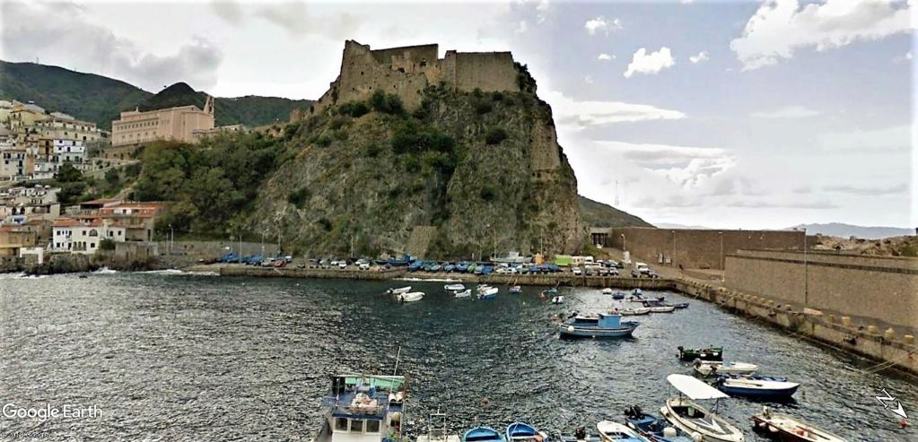 Scilla aux prises avec Charybde en Calabre , Italie !! Castel11