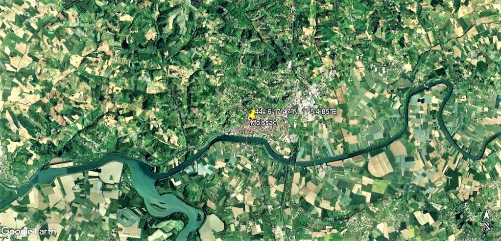 Les éclaireurs du Père Noël installent les illuminations à Moissac en France !! !! Moissa10