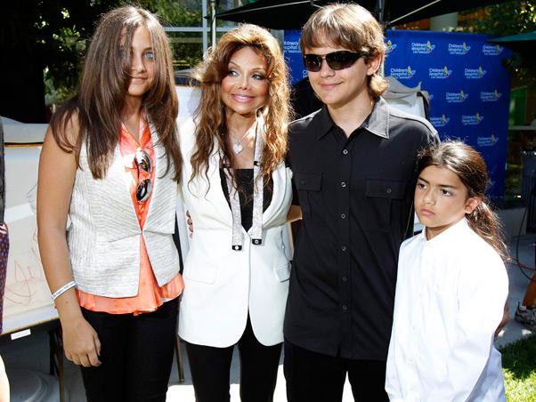 Filhos de Michael Jackson ajudam crianças hospitalizadas. Homena11
