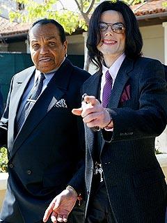 Joe Jackson sofre AVC, mas passa bem. Michae10