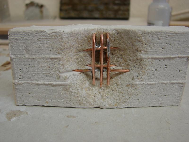 Betonmauer mit Schalungsoptik und Armierungseisen Dsc04441
