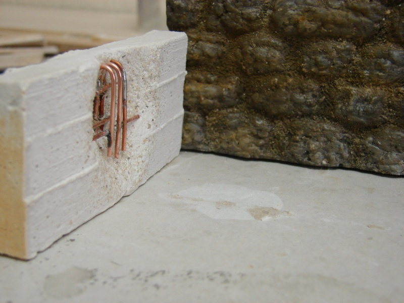 Betonmauer mit Schalungsoptik und Armierungseisen Dsc04442