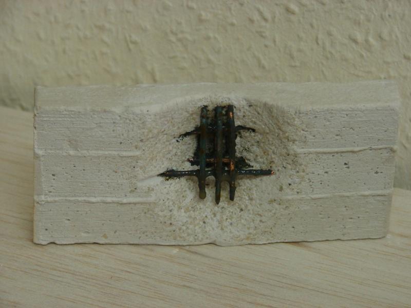 Betonmauer mit Schalungsoptik und Armierungseisen Dsc04443