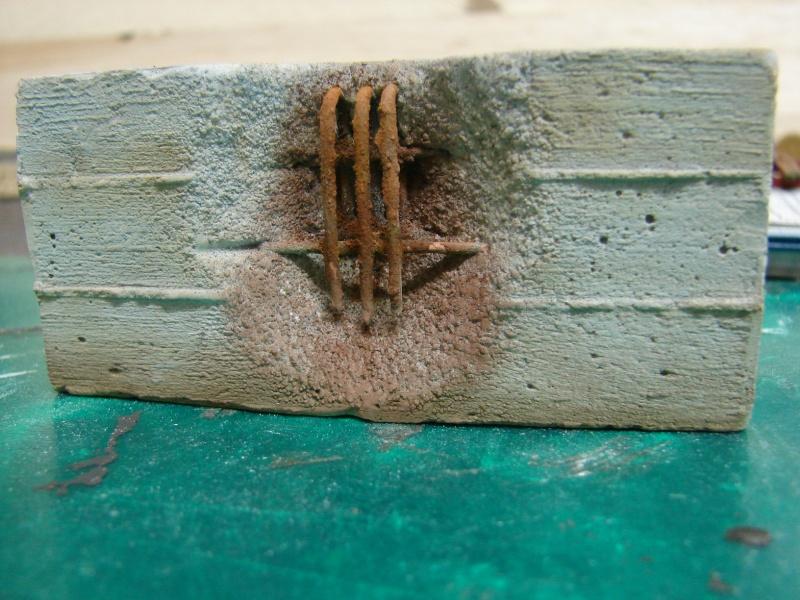Betonmauer mit Schalungsoptik und Armierungseisen Dsc04510