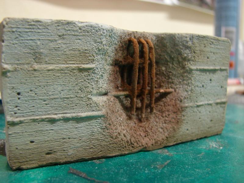 Betonmauer mit Schalungsoptik und Armierungseisen Dsc04511