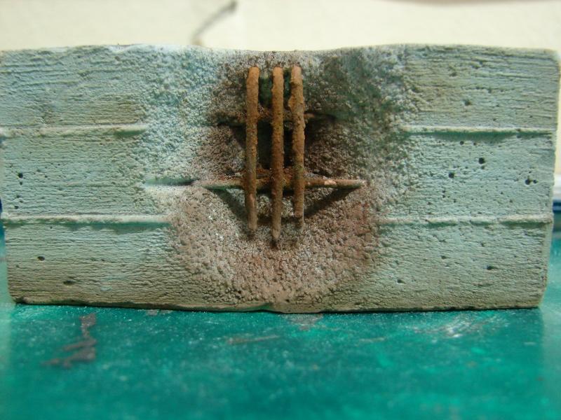 Betonmauer mit Schalungsoptik und Armierungseisen Dsc04512