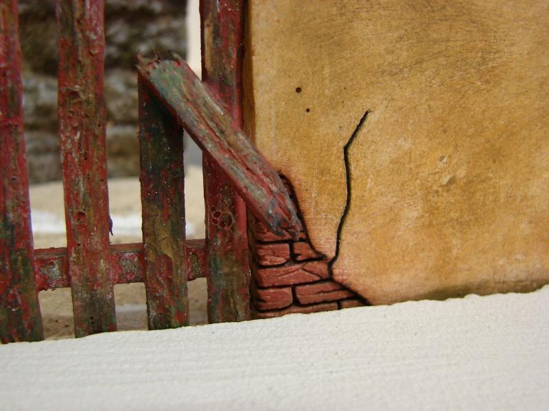 Alter verlassener Vorgarten mit großer Stützmauer Dsc04534