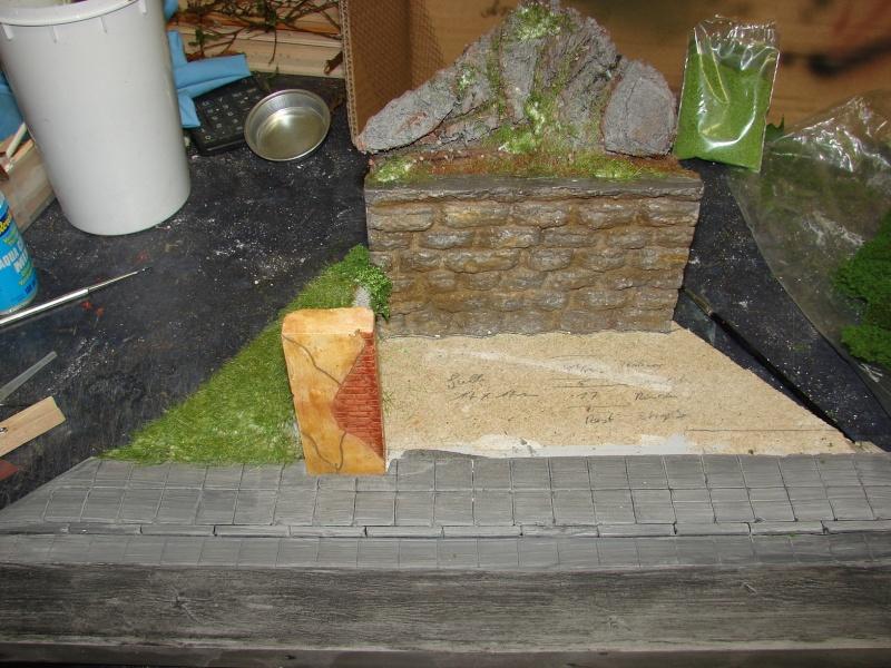 Alter verlassener Vorgarten mit großer Stützmauer Dsc04610