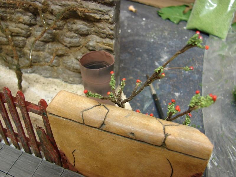 Alter verlassener Vorgarten mit großer Stützmauer Dsc04613