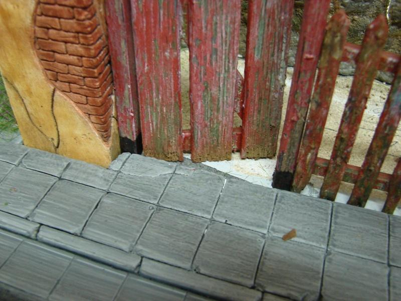 Alter verlassener Vorgarten mit großer Stützmauer Dsc04614