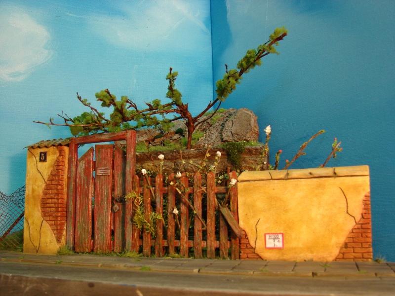 Vorgarten mit altem Zaun und Stützmauer Dsc04817