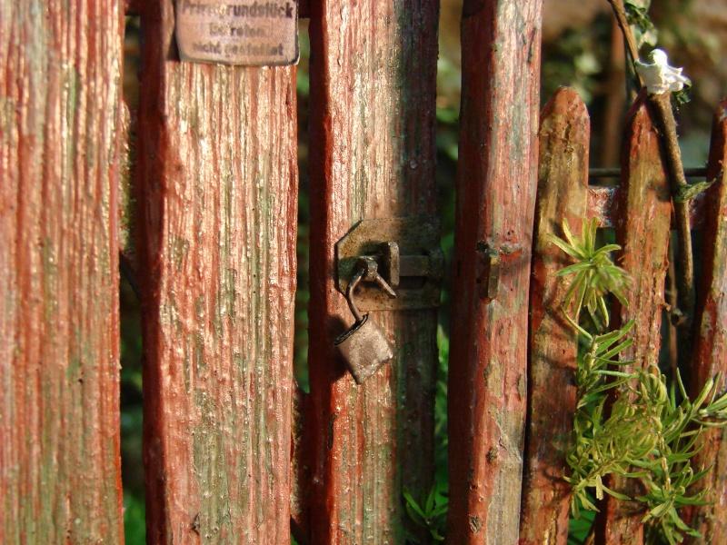 Vorgarten mit altem Zaun und Stützmauer Dsc04821