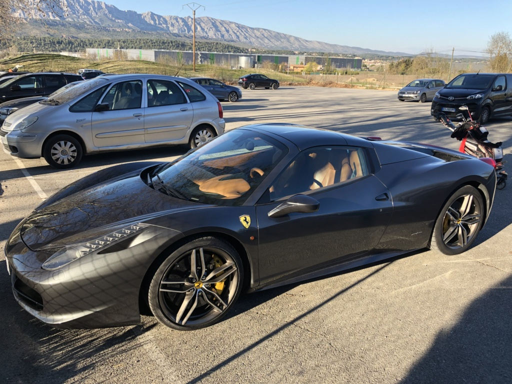 Une jolie Ferrari dans un parking  Img_6311