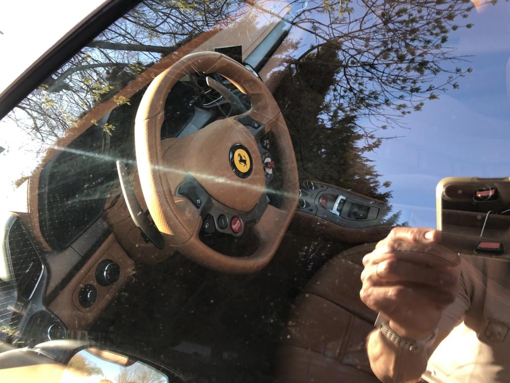 Une jolie Ferrari dans un parking  Img_6313