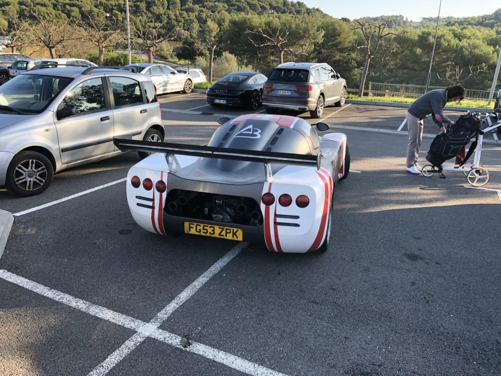 Une jolie Ferrari dans un parking  Img_7112