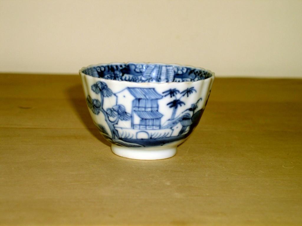 Early oriental design Blue & White Tea Bowl??? English or Oriental??? P1010129