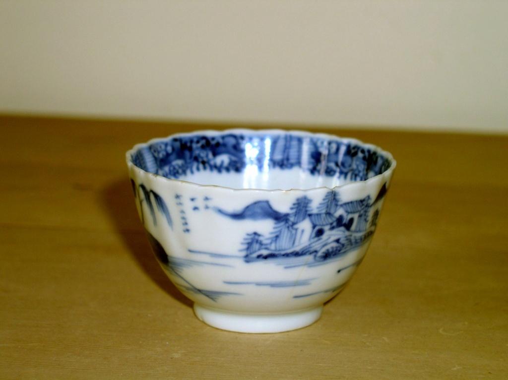 Early oriental design Blue & White Tea Bowl??? English or Oriental??? P1010130
