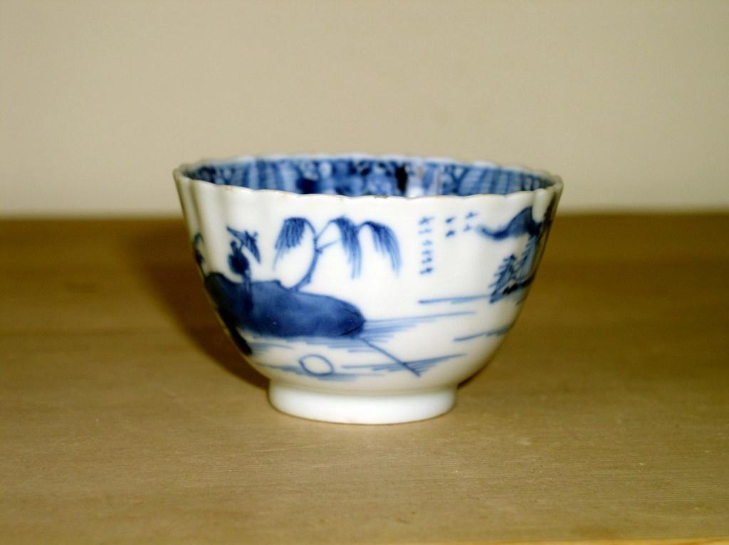 Early oriental design Blue & White Tea Bowl??? English or Oriental??? P1010131