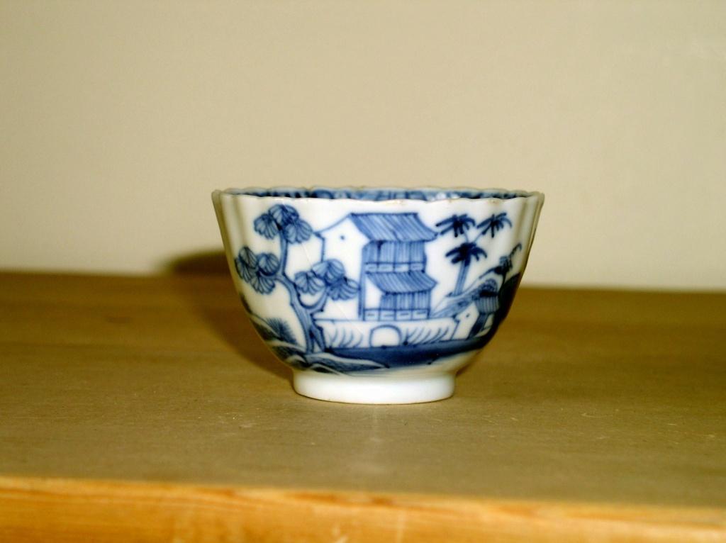 Early oriental design Blue & White Tea Bowl??? English or Oriental??? P1010133