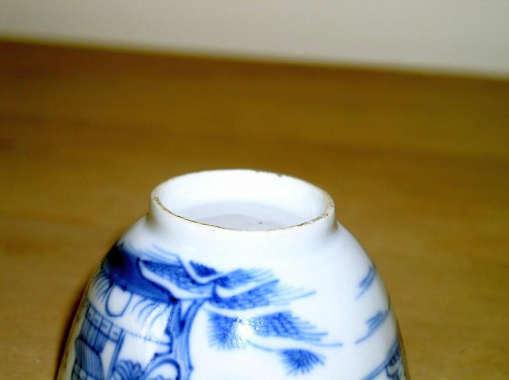 Early oriental design Blue & White Tea Bowl??? English or Oriental??? P1010134
