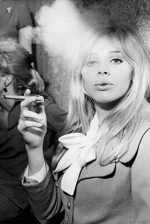 Cinq gens viennent fumer, car la pipe c'est l'amitié.  Jeune_28